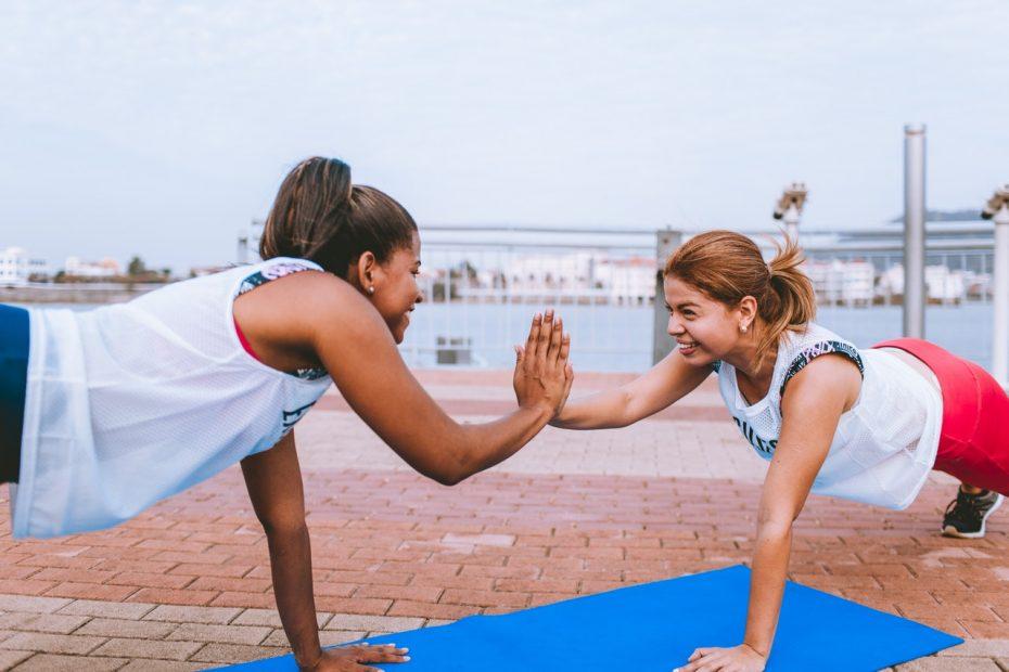 Pratiquantes de fitness en extérieur