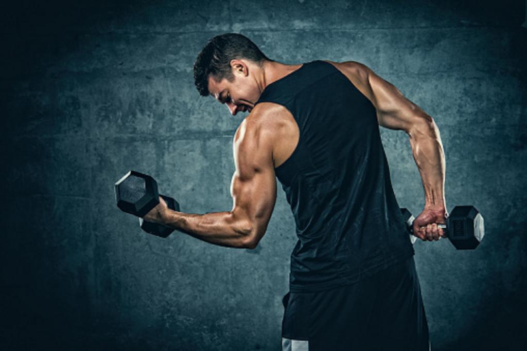 athlète en train de travailler ses biceps et triceps